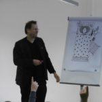 Herr Bertram zeigt die Illustrationen seines Illustrators Thortsen Saleina