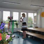 Frau Meier begrüßt die Gäste