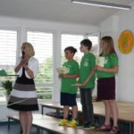 Frau Meier stellt die Moderatoren vor.