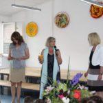 Die Schulleiterinnen Frau Lehr und Frau Blitz grtaulieren.