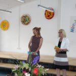 Die Schulleiterin Frau Krämer gratuliert.