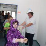 Frau Steinkopf verteilt Süßes zum Abschied.