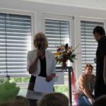Frau Meier begrüßt die neuen Schülerinnen und Schüler.