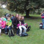 Wir sitzen auf dem alten Mühlenstein.