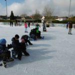 Wir genießen die Sonne und schauen großen Roßdörfer Schülern beim Eishockey zu.