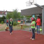 Frau Meier begrüßt alle zur Mini-WM